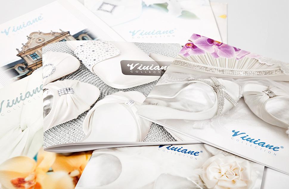 Okładki folderów produktowych prezentujących obuwie.