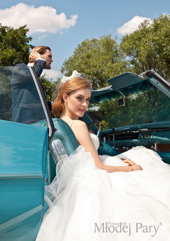 Młoda para w zabytkowy aucie Unik Cars